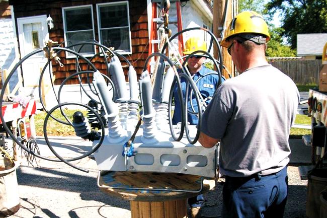 Os engenheiros da Chicopee Electric Light Company instalam o Religador da NOJA Power