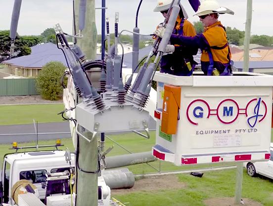Eletricista trabalhando em um religador NOJA Power