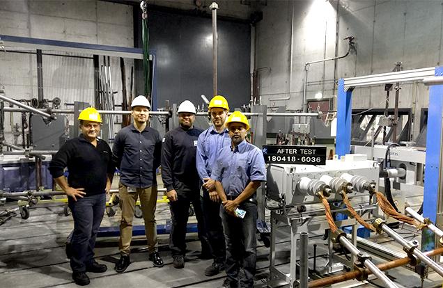 Equipe NOJA Power no Laboratório KEMA com a VISI-SWITCH® (à direita)