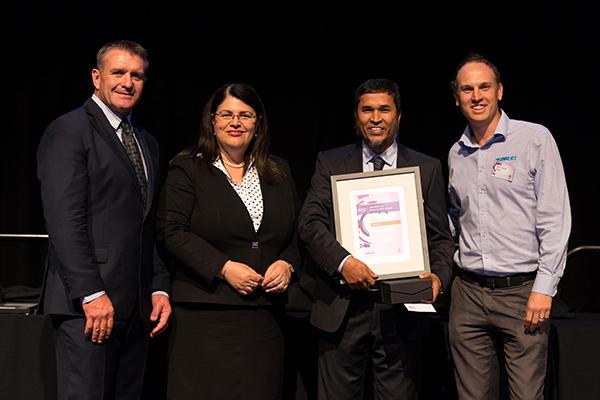 Da esquerda para a direita: Shane Webke (Embaixadora da segurança de Queensland), Hon. Grace Grace (Ministro do Emprego e Relações Industriais), Dr. Rabiul Alam (Gerente de Qualidade e Segurança / NOJA Power), Clark Hopley (Diretor / Kinnect)