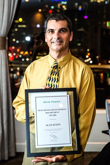 Alan Scott recebendo o Prêmio da NOJA Power para o Departamento de Pesquisa e Desenvolvimento