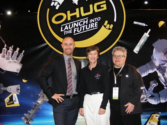 Astronauta aposentada da NASA, Wendy B. Lawrence (no centro), Glenn Harris da NOJA Power e Nan Russell da OHUG
