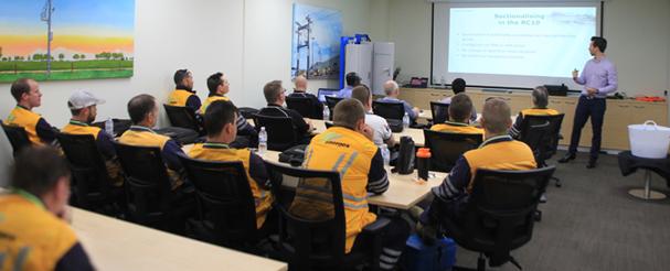 Martin van der Linde, engenheiro de vendas da NOJA Power lidera a sessão de treinamento