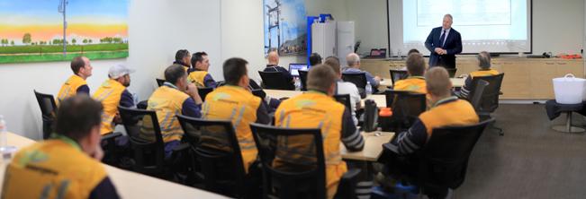 Diretor Geral Neil O'Sullivan dá as boas-vindas à delegação nas novas instalações de treinamento