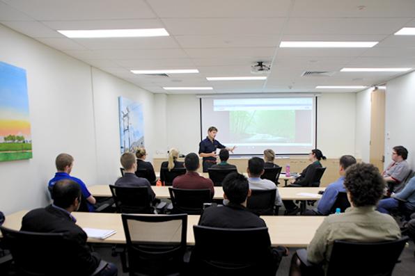 Conferência Anual de Saúde e Bem-Estar conduzindo na Sala de Treinamento da NOJA Power Tesla