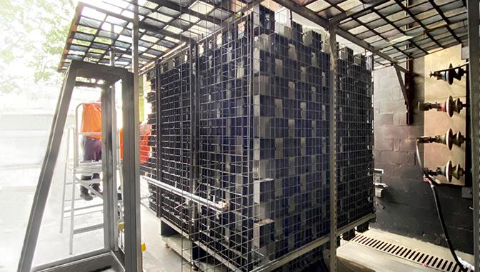 GMK da NOJA Power cercado por indicadores de algodão preto