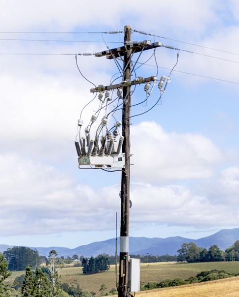 Um Religador OSM NOJA Power instalado com seccionadores visando um Ponto de Isolamento para Trabalho durante a manutenção da rede - Instalado na Austrália