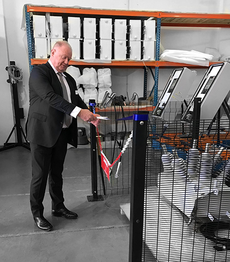 Neil O'Sullivan, diretor administrativo do Grupo NOJA Power, inaugura a nova fábrica da RWW NOJA Power, em Laser Park, África do Sul.
